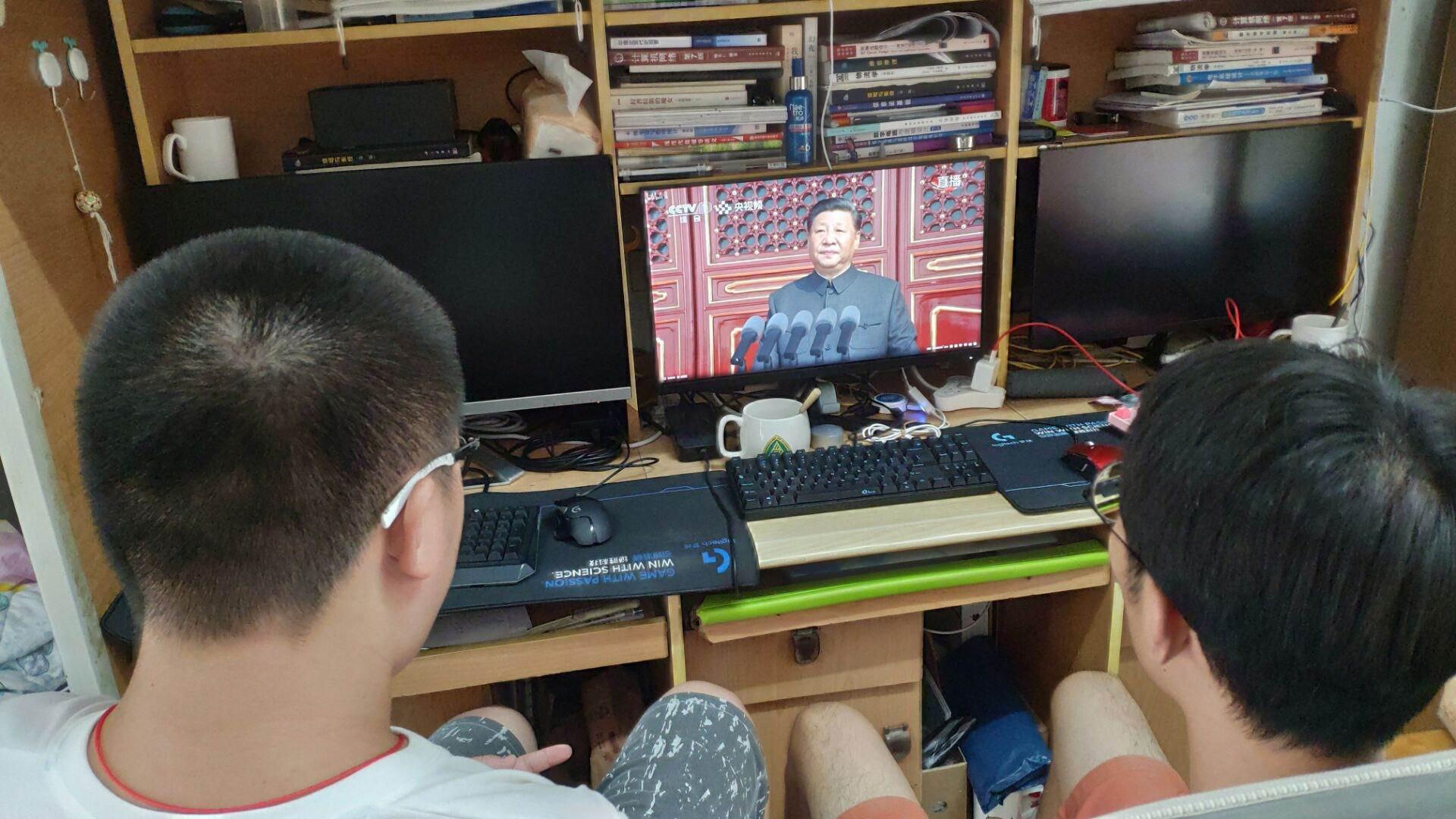 7 学生在宿舍收看直播.jpg
